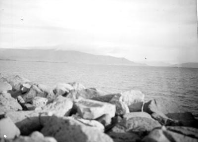 Peñascos, mar y cerros en Islandia, paisaje