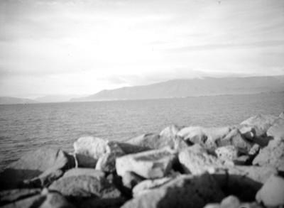 Mar y cerros en Islandia, paisaje