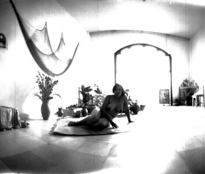 Desnudo de una mujer recostada en una alfombra