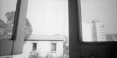 Casa vista a través de una ventana