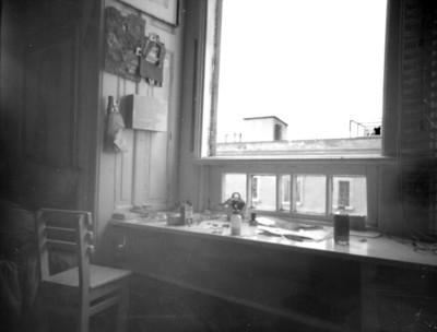 Mesa de trabajo junto a una ventana