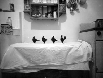 Figuras de cerámica sobre un mueble de cocina
