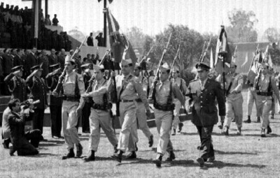Adolfo López Mateos, Agustín Olachea Avilés y demás funcionarios durante la ceremonia de abanderamiento de conscriptos del IMSS