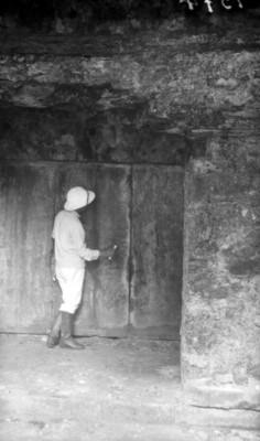 Arqueólogo explora tablero del Templo de las Inscripciones