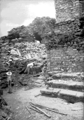 Trabajadores realizan excavaciones en un basamento