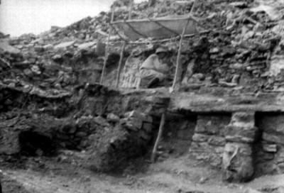 Hombre restaura edificio en Palenque