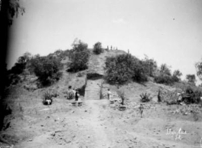 Hombres trabajan en exploración de la pirámide de Tenayuca