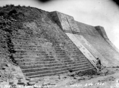 Hombres trabajan en la restauración de escalinata en Tenayuca