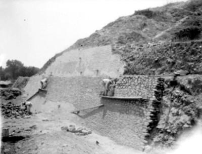 Grupo de hombres trabajan en el lado norte de la pirámide