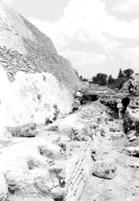 Hombres trabajan en excavación del lado norte de la pirámide