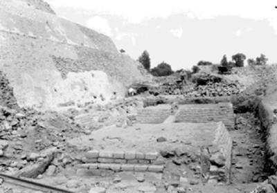 Hombres trabajan en restauración de pirámide