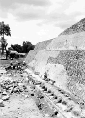 Hombres restauran pirámide de Tenayuca