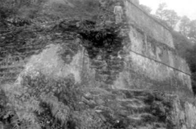 Niño de pie sobre el templo del Tepozteco