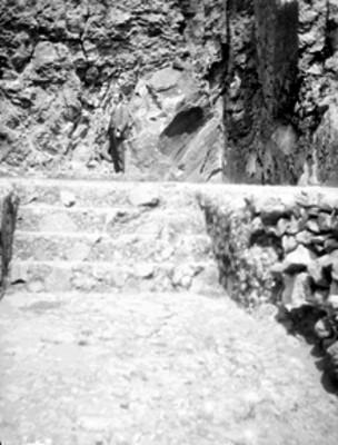 Hombre en las escaleras de un complejo arqueológico