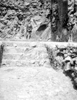 Hombre sobre la superficie de las escaleras de una estructura prehispánica