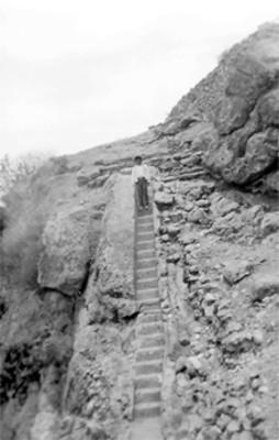 Joven en una escalinata prehispánica