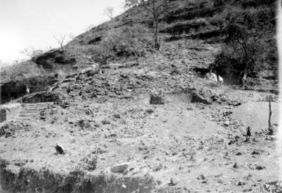 Hombres trabajan en desmonte del Cuauhcalli