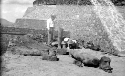 Trabajadores durante el descubrimiento de la Escultura del dios del Viento, Ehécatl