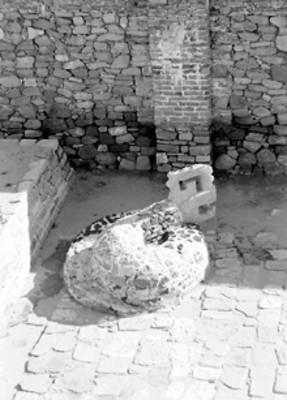Vista posterior de serpiente enroscada, escultura