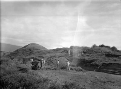 Hombres trabajan en excavación de Teotihuacán