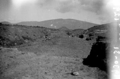 Hombres trabajan junto a una vía férrea en excavación de la Calzada de los Muertos