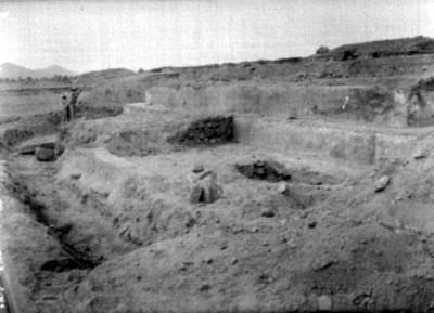 Trabajadores excavan en la Calzada de los muertos