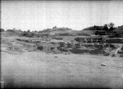 Hombres durante la excavación y limpieza en la calzada de los muertos