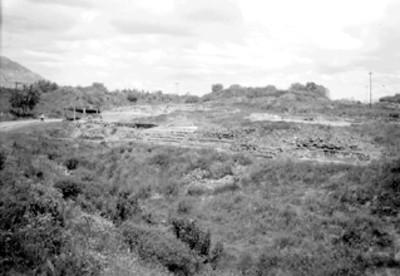 Restos de un complejo habitacional, al fondo la Pirámide del Sol