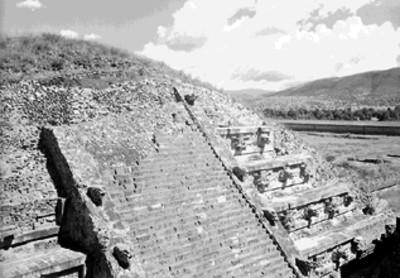 Fachada principal de la Serpiente Emplumada vista desde el Edificio Adosado