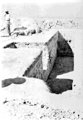 Trabajador sobre una estructura prehispánica
