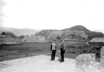 Hombres en la palataforma norte de Monte Albán