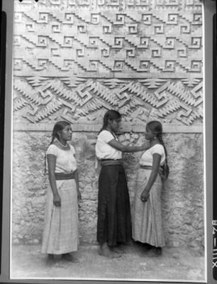 Mujeres indígenas en el Salón de las Grecas de El Palacio