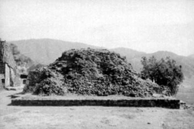 Montículo sobre basamento piramidal