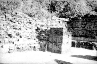 Interior del templo, vista de un muro con grabados