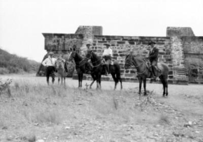 Hombres con caballo frente a la fachada principal del Templo de la Serpiente Emplumada