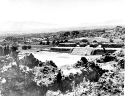 Vista de una estructura prehispánica en el lado oeste de Yagul