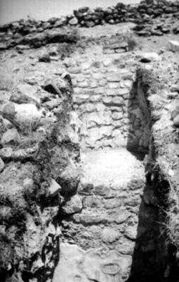 Detalle de muros y piedras, cala de excavación