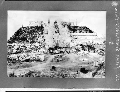 Hombres realizan labores de reconstrucción en el Templo de los Guerreros