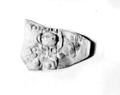 Fragmento de jade con la representación de un personaje con tocado zoomorfo