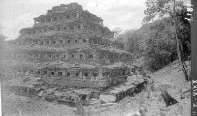 Pirámide de los Nichos, vista lateral