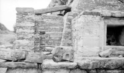 Fragmentos de dintel de la Pirámide de los Nichos