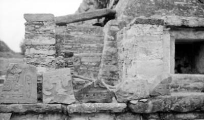 Vista de fragmentos de dinteles en la Pirámide de los Nichos