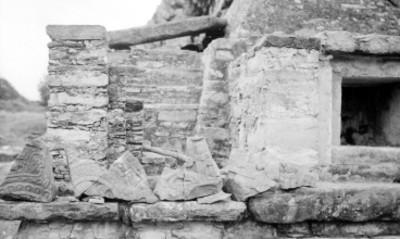 Fragmentos de dinteles en la Pirámide de los Nichos