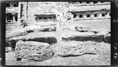 Fragmentos de ornamentación arquitectónica frente a la Pirámide de los Nichos