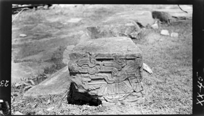Fragmento de bajorrelieve con representación de un personaje humano sedente