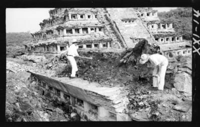 Trabajadores realizan labores de reconstrucción en el edificio 2
