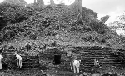 Hombres en trabajos de restauración en una pirámide