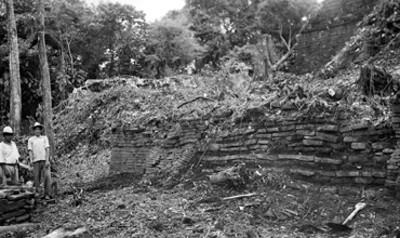 Hombres frente a un montículo en restauración