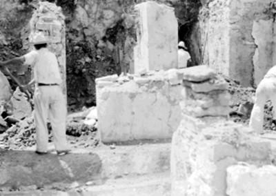 Hombres restauran las columnas del edificio B