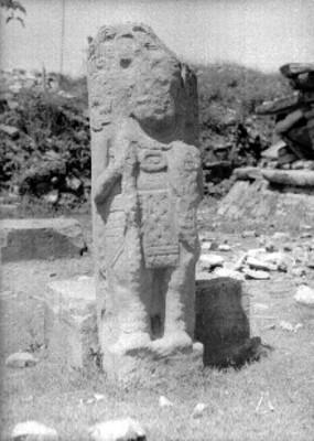 Escultura 1 procedente de la Pirámide de los Nichos, vista frontal